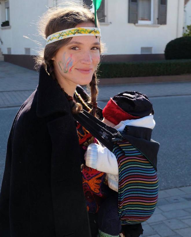 Friederike Becht mit Baby an Karneval