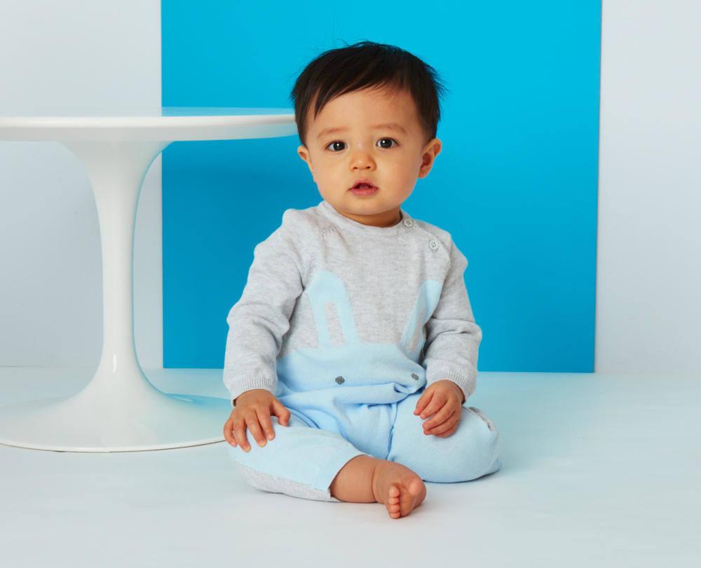 Babystrampler mit Häschenmotiv