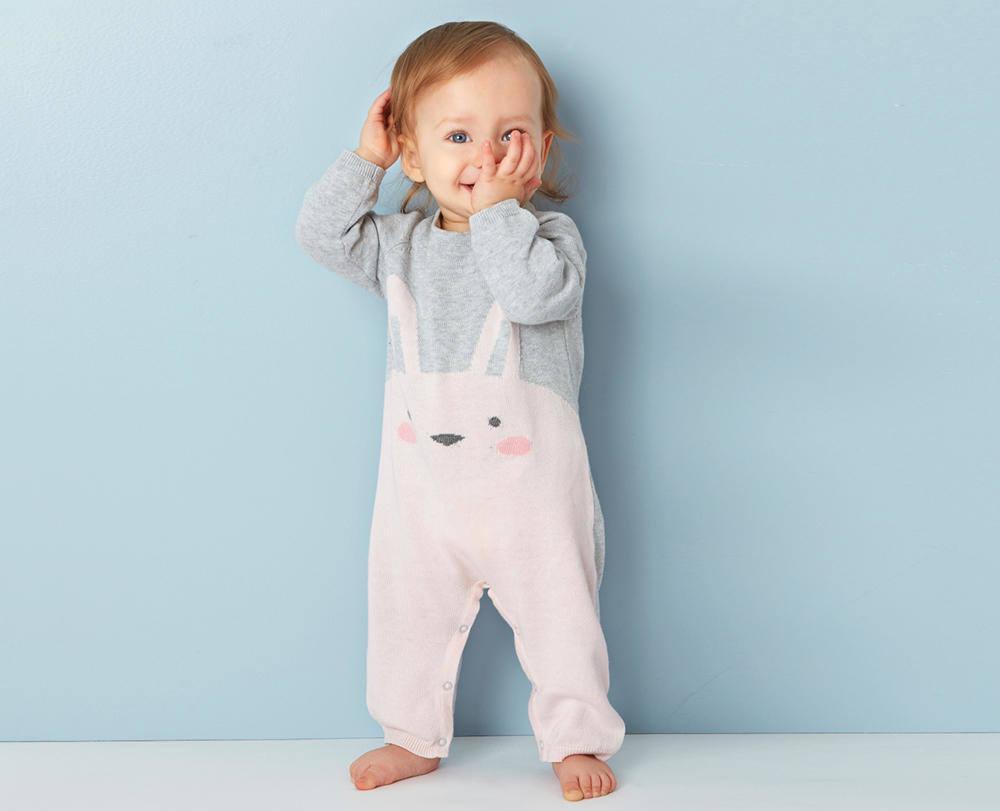 Baby Strampler aus Feinstrick mit Häschen Motiv