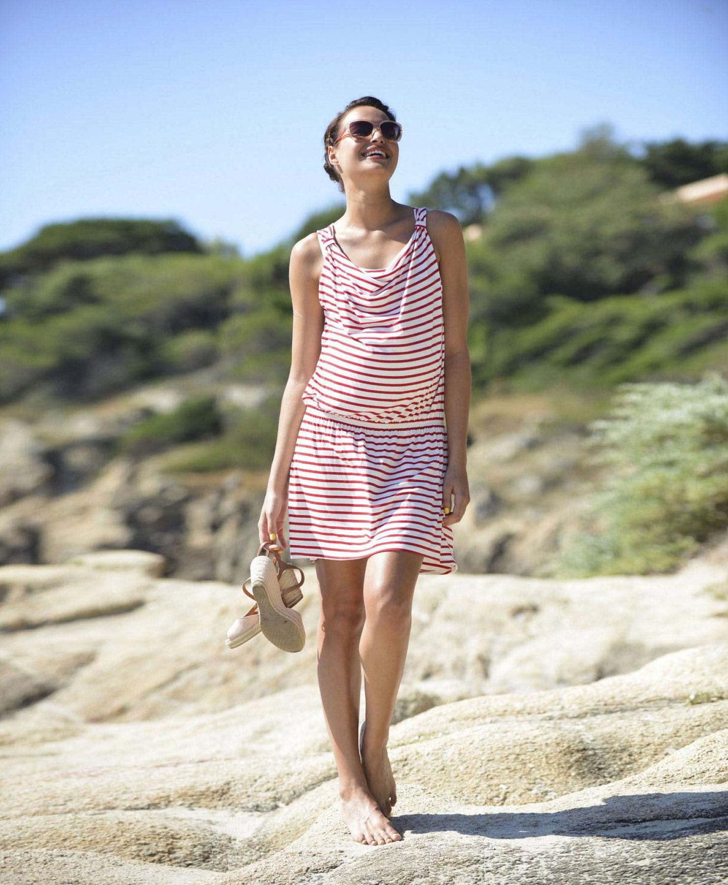 Umstandskleid mit roten Streifen ideal für den Strand