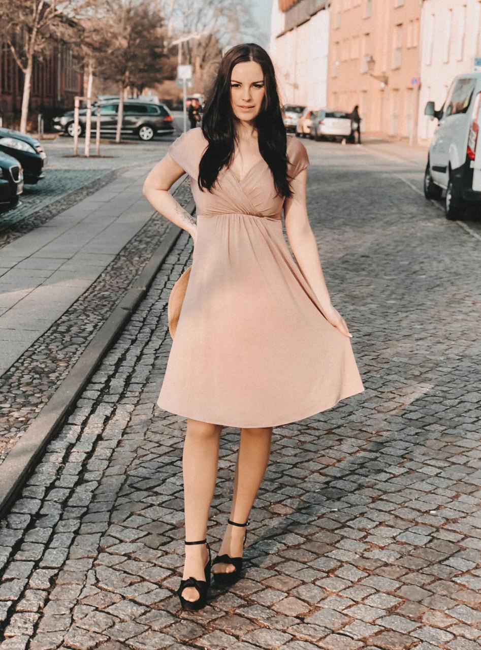 Bloggerin zeigt ihre Umstandskleider für den Frühling