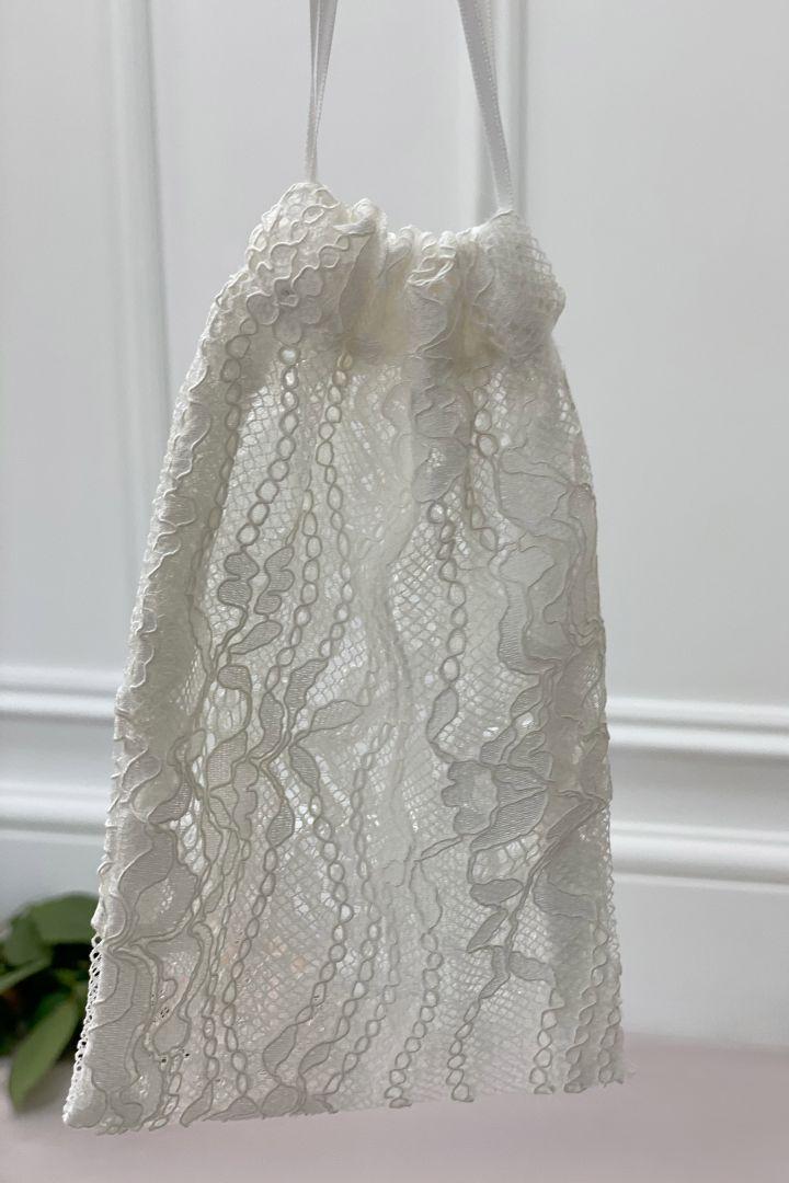 Braut Mundschutzmaske aus floraler Spitze mit Armbeutel