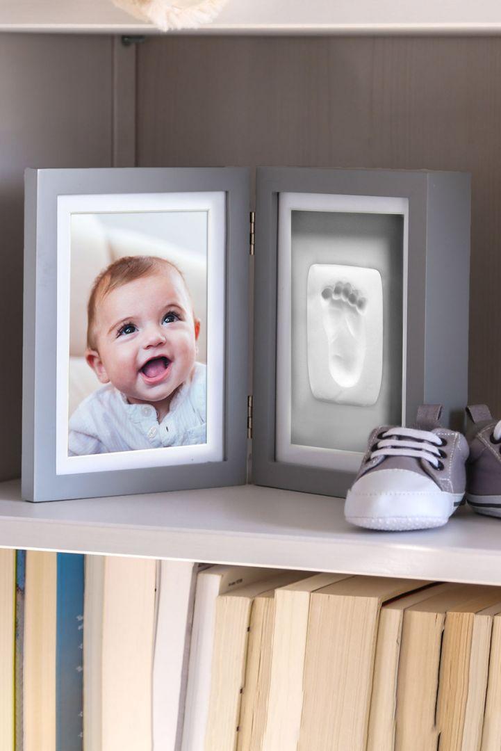 Stand-Bilderrahmen mit Baby Abdruckset, grauer Hintergrund
