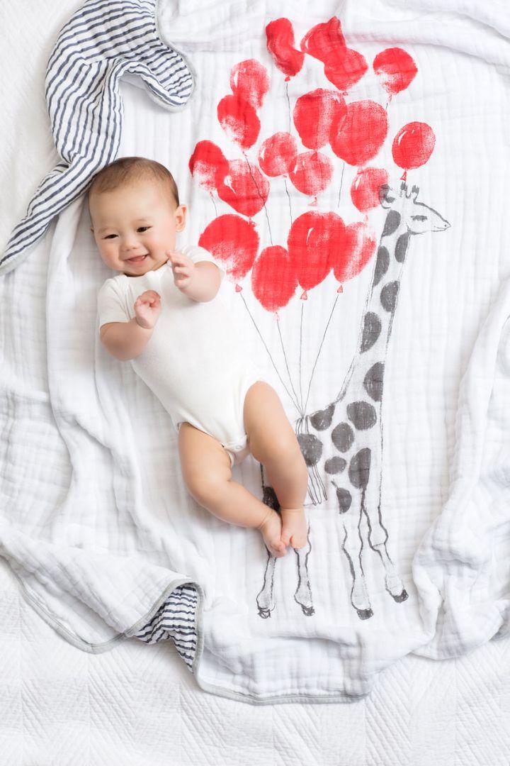 Muslin baby blanket with flying giraffes 120x120cm